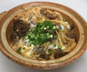 8月25日のお昼の日替わり定食は…牛とじ定食です。